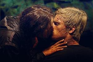 Vor câştiga Peeta şi Katniss premiul pentru cel mai bun sărut?
