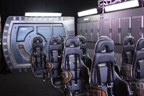 Ender's Game. Decoruri, costume şi arme futuriste la Comic-Con Fan Experience
