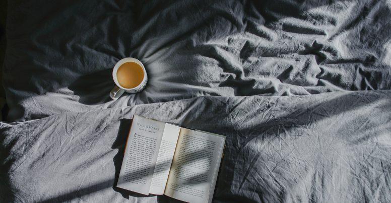 Câteva motive pentru care ar trebui să ieși cu un iubitor de cărți