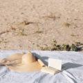 Ce citim vara asta? Recomandări pentru 2 tipuri de cititori