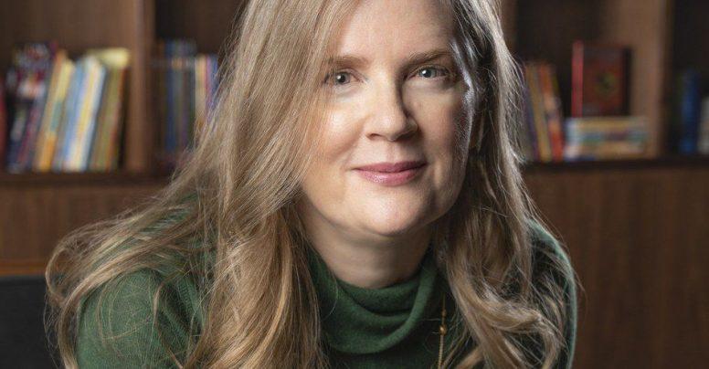 """Interviu cu Suzanne Collins: """"Oamenii încearcă să-și revină la viața de zi cu zi în mijlocul distrugerii"""""""